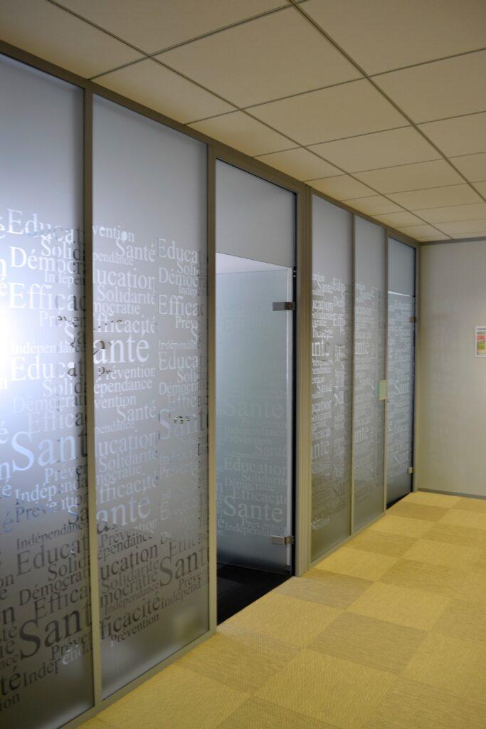cloisons modulaires, des cloisons Placostil, des faux-plafonds, nous avons également posé les menuiseries, réalisé les peintures, pose de moquettes et petite maçonnerie.