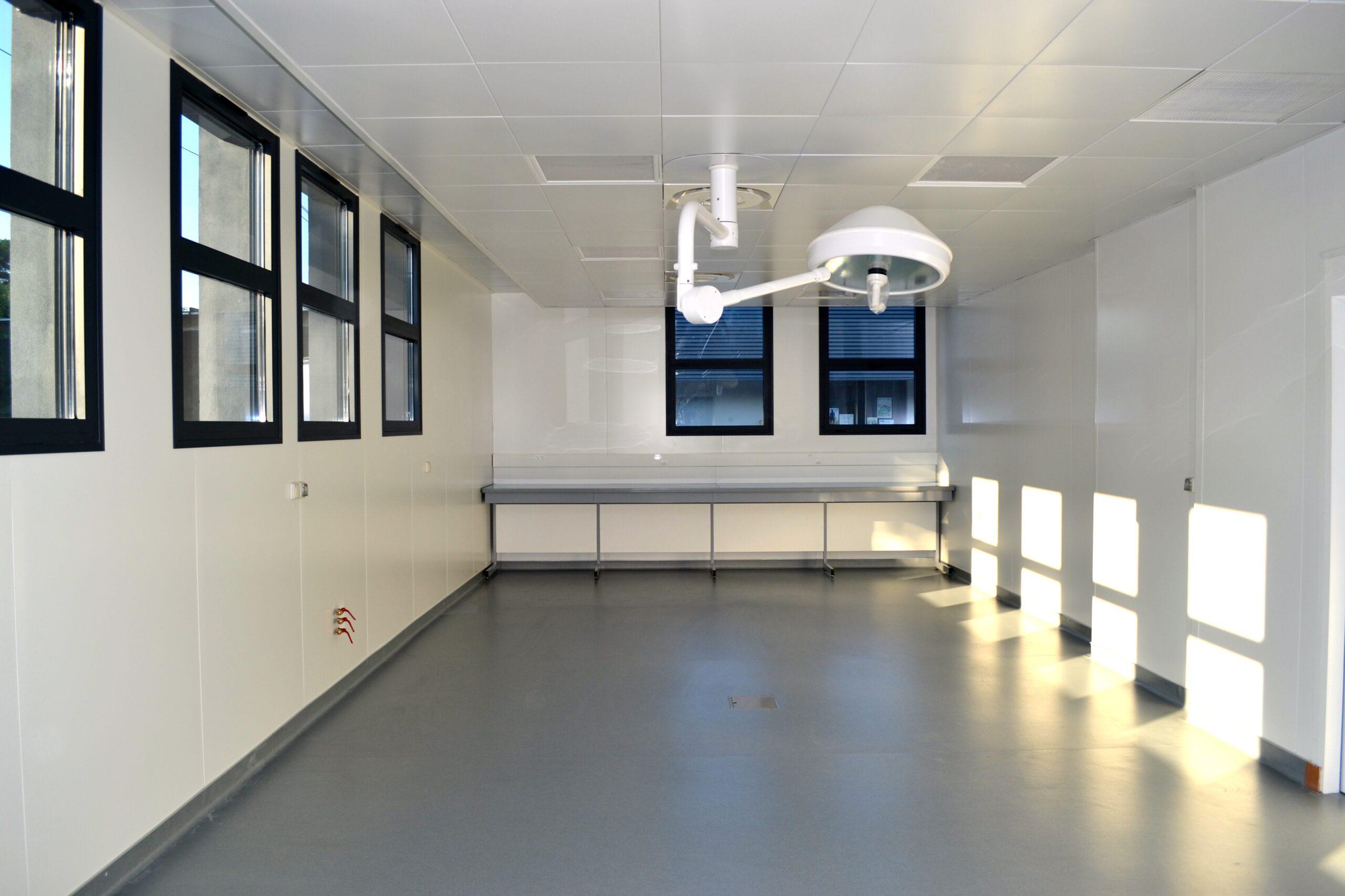 amenagement des doublages, salles blanches, plafonds et menuiseries affleurantes.